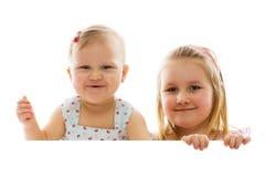 πίσω από τις αδελφές δύο χαρτονιών λευκό Στοκ Εικόνες