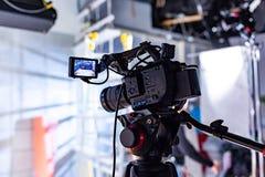 Πίσω από τις σκηνές της τηλεοπτικής παραγωγής ή του τηλεοπτικού πυροβολισμού στοκ φωτογραφία