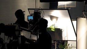 Πίσω από τις σκηνές της τηλεοπτικής σκιαγραφίας ομάδων πληρωμάτων παραγωγής πυροβολισμού στοκ φωτογραφίες