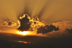 πίσω από τον ήλιο σύννεφων Στοκ Φωτογραφία