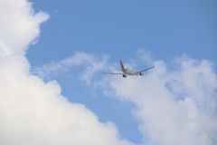 Πίσω από του εμπορικού αεροπλάνου στο μπλε ουρανό Στοκ Εικόνες