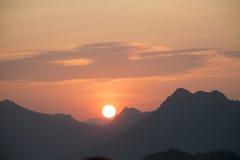 πίσω από το ηλιοβασίλεμα &bet Στοκ εικόνες με δικαίωμα ελεύθερης χρήσης
