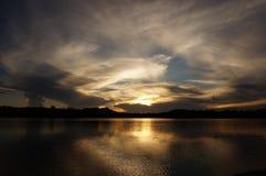 πίσω από το ηλιοβασίλεμα &sig Στοκ Εικόνα