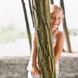 πίσω από το κρύβοντας δέντρ&omicro στοκ εικόνες με δικαίωμα ελεύθερης χρήσης