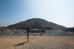 πίσω από το μικρότερο ήλιο βημάτων πυραμίδων του Μεξικού απόστασης teotihuacan Στοκ φωτογραφία με δικαίωμα ελεύθερης χρήσης
