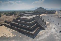 πίσω από το μικρότερο ήλιο βημάτων πυραμίδων του Μεξικού απόστασης teotihuacan Στοκ εικόνα με δικαίωμα ελεύθερης χρήσης
