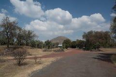 πίσω από το μικρότερο ήλιο βημάτων πυραμίδων του Μεξικού απόστασης teotihuacan Στοκ Εικόνες