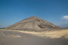 πίσω από το μικρότερο ήλιο βημάτων πυραμίδων του Μεξικού απόστασης teotihuacan Στοκ Φωτογραφίες