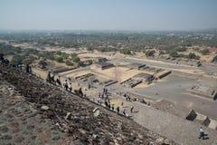 πίσω από το μικρότερο ήλιο βημάτων πυραμίδων του Μεξικού απόστασης teotihuacan Στοκ εικόνες με δικαίωμα ελεύθερης χρήσης