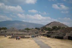 πίσω από το μικρότερο ήλιο βημάτων πυραμίδων του Μεξικού απόστασης teotihuacan Στοκ Φωτογραφία
