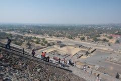 πίσω από το μικρότερο ήλιο βημάτων πυραμίδων του Μεξικού απόστασης teotihuacan Στοκ φωτογραφίες με δικαίωμα ελεύθερης χρήσης