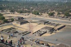 πίσω από το μικρότερο ήλιο βημάτων πυραμίδων του Μεξικού απόστασης teotihuacan Στοκ Εικόνα