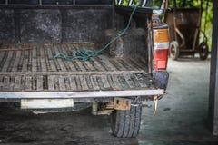 Πίσω από το παλαιό καφετί ανοιχτό φορτηγό στοκ εικόνες με δικαίωμα ελεύθερης χρήσης