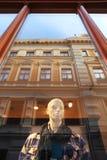 πίσω από το παράθυρο της Ρήγας μανεκέν της Λετονίας thw Στοκ Εικόνες