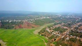 Πίσω από το ρύζι οι τομείς flycam παρουσιάζουν χωριά στους λόφους φιλμ μικρού μήκους