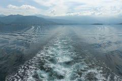 πίσω από το ύδωρ ιχνών βαρκών kotor Μαυροβούνιο κόλπων Στοκ Φωτογραφία