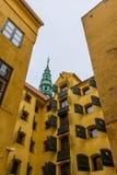 Πίσω αυλή με τα κίτρινα διαμερίσματα στην Κοπεγχάγη Στοκ Φωτογραφία