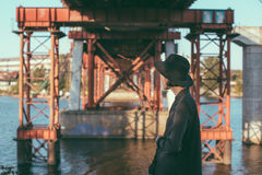 Πίσω γυναίκα μαύρων καπέλων κάτω από τη γέφυρα Στοκ εικόνες με δικαίωμα ελεύθερης χρήσης