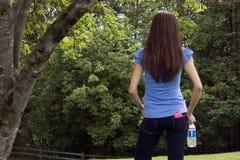 πίσω γυναίκα πάρκων στοκ εικόνα με δικαίωμα ελεύθερης χρήσης