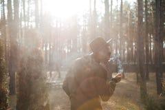 Πίσω εικόνα άποψης του αφρικανικού ατόμου που στέκεται υπαίθρια Στοκ Εικόνες