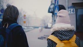 Πίσω ευτυχείς χαλαρωμένοι νεαρός άνδρας και γυναίκα άποψης στα διαγώνια χέρια εκμετάλλευσης οδών πόλεων περιστασιακών ενδυμάτων μ φιλμ μικρού μήκους