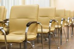 πίσω εδρών όψη σειρών δωματίων μετάλλων διασκέψεων κενή Μπροστινή όψη Στοκ φωτογραφία με δικαίωμα ελεύθερης χρήσης