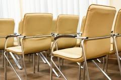 πίσω εδρών όψη σειρών δωματίων μετάλλων διασκέψεων κενή υποστηρίξτε την όψη Στοκ φωτογραφία με δικαίωμα ελεύθερης χρήσης