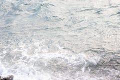 Πίσω θάλασσα νερού με τον ψεκασμό στοκ εικόνες