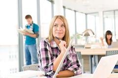 πίσω θηλυκός σχολικός σπ& Στοκ εικόνες με δικαίωμα ελεύθερης χρήσης