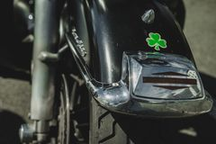 Πίσω κιγκλίδωμα μοτοσικλετών με το τριφύλλι Στοκ φωτογραφία με δικαίωμα ελεύθερης χρήσης