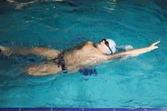 πίσω κολύμβηση κτυπήματο&sigma Στοκ Φωτογραφίες