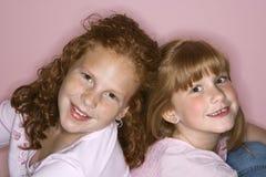 πίσω κορίτσια που κάθοντ&alph στοκ φωτογραφία