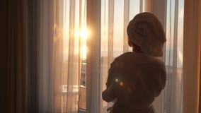 Πίσω κορίτσι από το παράθυρο φιλμ μικρού μήκους
