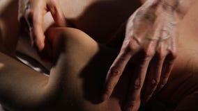 Πίσω μασάζ κινηματογραφήσεων σε πρώτο πλάνο στο σαλόνι SPA ο θεράπων μασάζ κάνει ένα κλασικό μασάζ σε ένα θηλυκό σώμα απόθεμα βίντεο