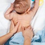Πίσω μασάζ μωρών στοκ εικόνα με δικαίωμα ελεύθερης χρήσης