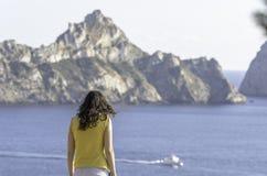 Πίσω να φανεί κοριτσιών θάλασσα, ένα σκάφος και ES Vedra, Ibiza, νησί στοκ εικόνα με δικαίωμα ελεύθερης χρήσης