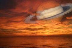 Πίσω ουρανός ηλιοβασιλέματος σύννεφων νύχτας του Κρόνου στη θάλασσα, έννοια Κρόνος κοντά στο Ε Στοκ εικόνες με δικαίωμα ελεύθερης χρήσης