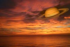 Πίσω ουρανός ηλιοβασιλέματος σύννεφων νύχτας του Κρόνου στη θάλασσα, έννοια Κρόνος κοντά στο Ε Στοκ Φωτογραφία