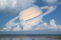 Πίσω ουρανός σύννεφων του Κρόνου στη θάλασσα, έννοια Κρόνος κοντά στη γη Στοκ Εικόνες