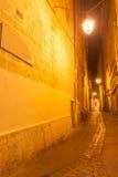 Πίσω οδοί και πάροδοι τη νύχτα Μονπελιέ Γαλλία αστική & archi Στοκ Εικόνα