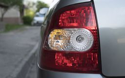 Πίσω πλευρά αυτοκινήτων με ένα πίσω φως στο stree με ένα φως της ημέρας Backlight στοκ φωτογραφία με δικαίωμα ελεύθερης χρήσης
