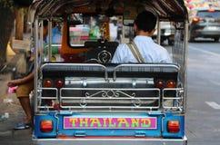 Πίσω πλευρά της συνεδρίασης οδηγών ατόμων στο τρίτροχο μηχανοποιημένο όχημά του που χρησιμοποιείται ως ταξί Tuk Tuk Για να περιμέ στοκ εικόνες με δικαίωμα ελεύθερης χρήσης