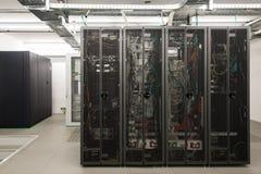 Πίσω πλευρά των τακτοποιημένων μαύρων ραφιών κεντρικών υπολογιστών Στοκ Εικόνα