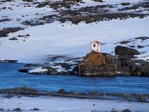 πίσω πουλιών μπλε κόκκινη αμερικανική άσπρη αυλή σπιτιών χρώματος κρεμώντας Στοκ φωτογραφίες με δικαίωμα ελεύθερης χρήσης