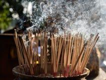 Πίσω πτώση καπνού θυμιάματος με το μαλακό φως Στοκ Εικόνες