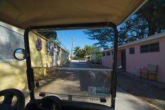 Πίσω δρόμοι στο νησί Bimini από το κάρρο κόλπων στοκ φωτογραφίες