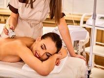 Πίσω σαλόνι ομορφιάς μασάζ γυναικών Ηλεκτρική φροντίδα δέρματος υποκίνησης θηλυκή στοκ φωτογραφίες