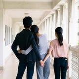 Πίσω σκηνή δύο γυναικών με έναν άνδρα που στέκεται, σημάδι του tria αγάπης στοκ εικόνες