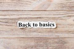 Πίσω στα βασικά της λέξης σε χαρτί Έννοια Λέξεις πίσω στα βασικά σε ένα ξύλινο υπόβαθρο Στοκ εικόνες με δικαίωμα ελεύθερης χρήσης