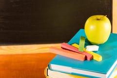 Πίσω στα σχολικά βιβλία και το μήλο Στοκ Εικόνα